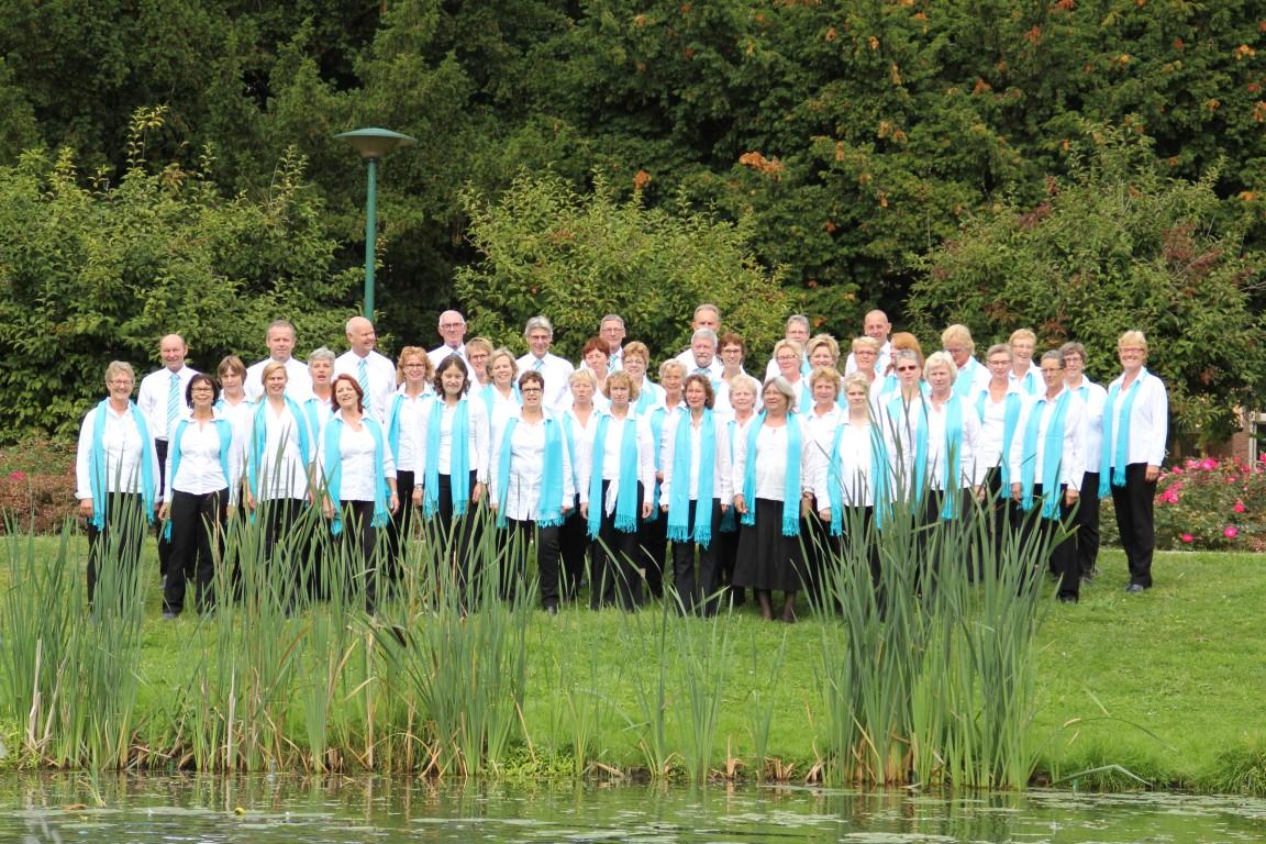 Foto groepsfoto Singing-devotion